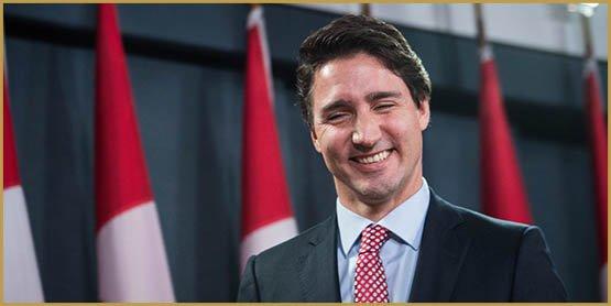 Lãnh đạo Đảng Tự do Canada Justin Trudeau tươi cười khi kết thúc cuộc họp báo ở Ottawa ngày 20/2015/XNUMX sau khi giành chiến thắng trong cuộc tổng tuyển cử. Nhà lãnh đạo tự do Justin Trudeau đã tìm đến các đồng minh truyền thống của Canada sau khi giành chiến thắng trong cuộc bầu cử long trời lở đất nhằm thay đổi giải pháp về hiện tượng nóng lên toàn cầu và quay trở lại chủ nghĩa đa phương mà người tiền nhiệm của ông từng xa lánh. AFP PHOTO / NICHOLAS KAMM (Tín dụng ảnh nên đọc NICHOLAS KAMM / AFP / Getty Images)