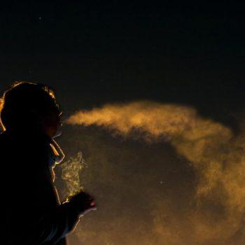 """Người hút thuốc lúc nửa đêm, hay còn gọi là """"người bán rượu lúc nửa đêm"""""""