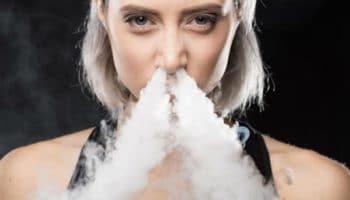 Blaas rook door de neus