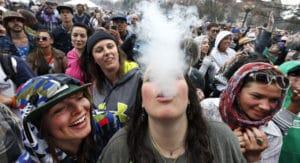 Vähemmän kannabiksen tupakoitsijoita, jotka ovat olleet 12ista 17-vuoteen, maissa, jotka ovat laillistaneet.